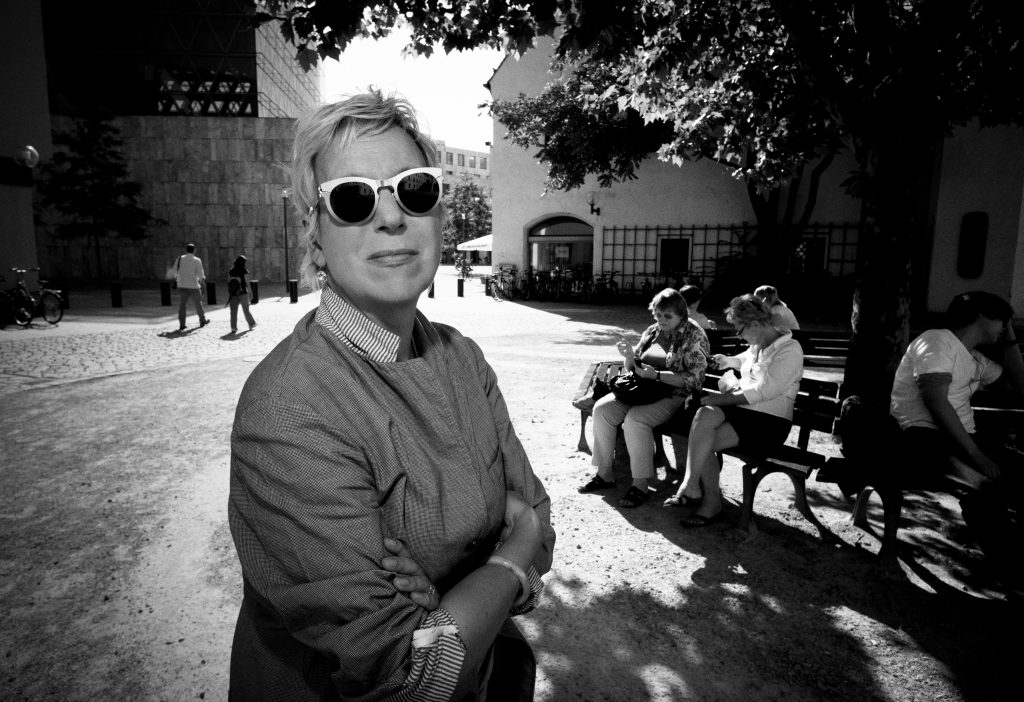 Interview Doris Dörrie, Autoren Claudia Voigt und Wolfgang Höbel. Fotografiert am 06.07.2011 am Jakobsplatz in München mit dem Jüdischen Museum und dem Stadtmuseum im Hintergrund. Fotograf: Peter Schinzler.