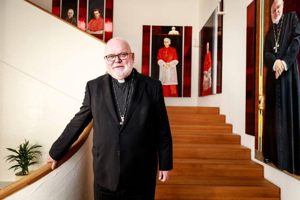 Kardinal Marx, fotografiet im Erzbischöflichen Palais (Palais Holnstein)  in der Kardinal-Faulhaber-Straße 7 in München. Ahnengalerie der Kardinäle im Hintergrund. Fotografiert am 18.05.2020. Fotograf: Peter Schinzler.